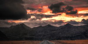 Straße vor Bergen im Sonnenuntergang